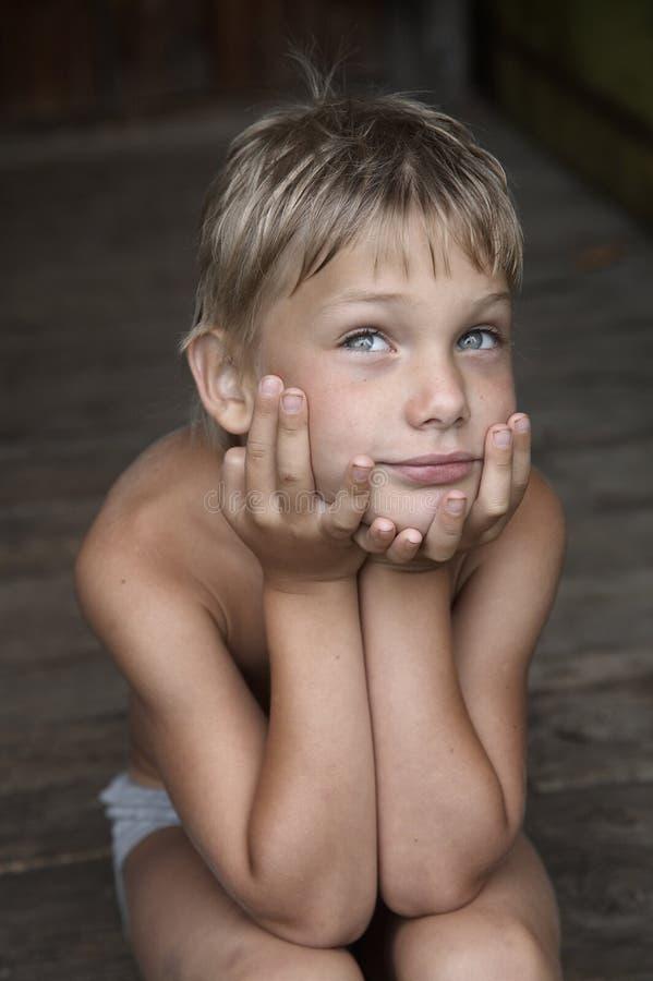 Sonhando o menino de país imagem de stock royalty free