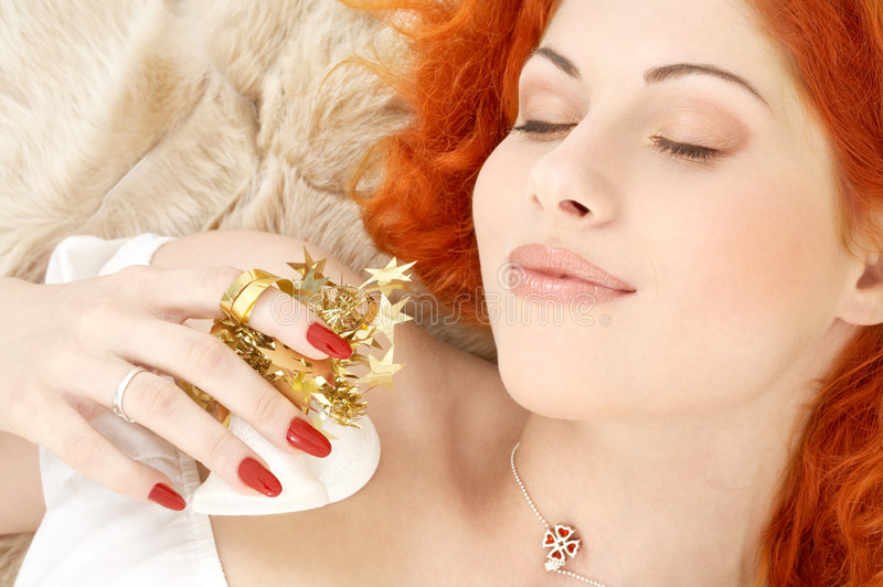 Sonhando o redhead com ch branco imagens de stock royalty free