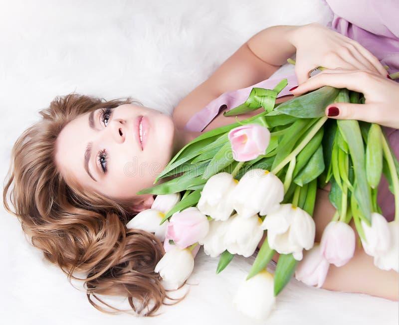 Sonhando a rapariga encantadora com flores do ramalhete imagens de stock royalty free