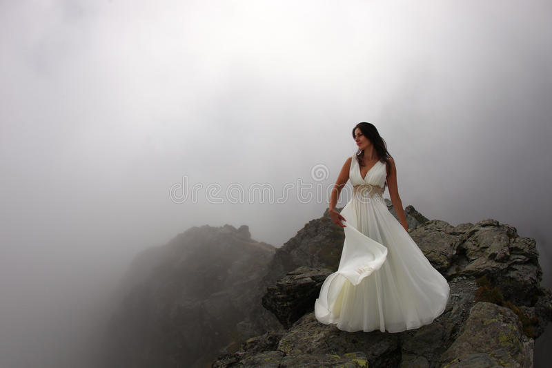 Sonho da noiva na parte superior da montanha na névoa foto de stock royalty free
