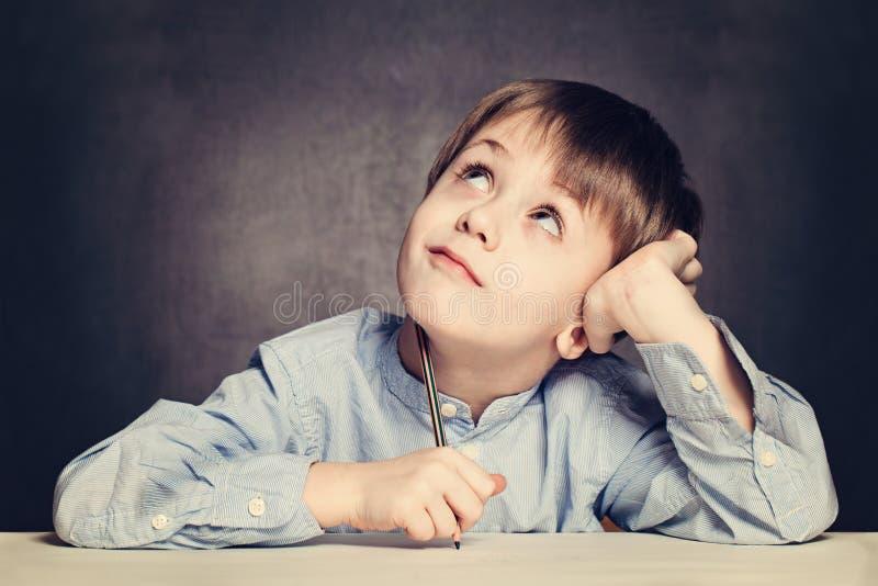Sonho do aluno do menino de escola fotos de stock royalty free