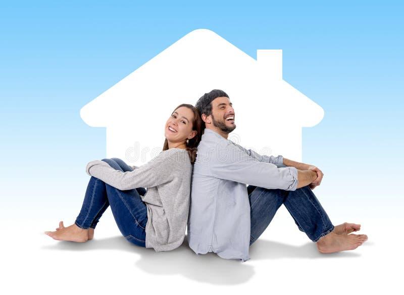 Sonho e imagem latente novos dos pares sua casa nova no conceito de estado real imagem de stock