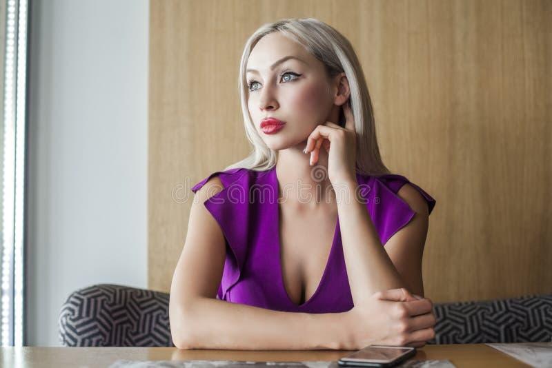Sonho louro bonito da mulher Retrato interno fotografia de stock royalty free