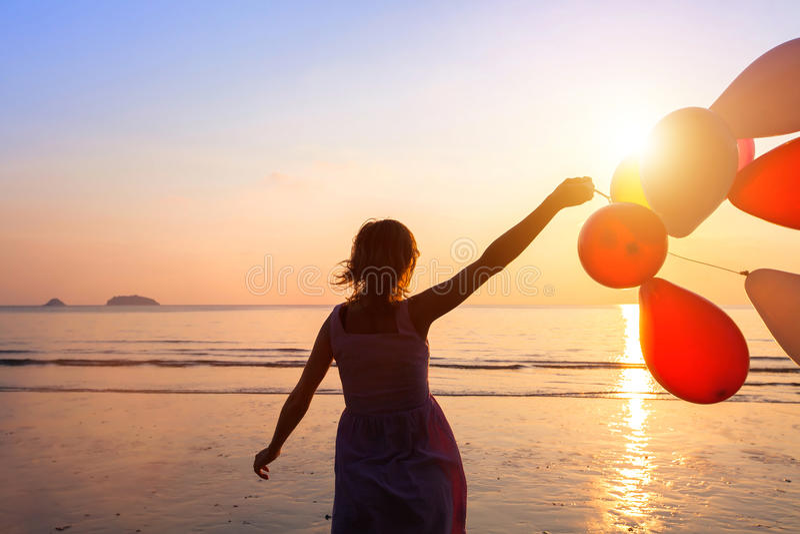 Sonho, menina feliz com balões foto de stock