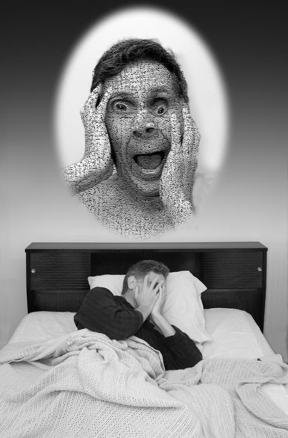 Sonho ruim, homem que tem o pesadelo foto de stock