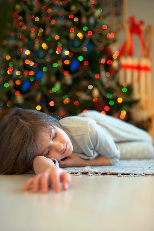 Sonho sobre milagre do Natal Menina que dorme perto de novo fotografia de stock royalty free