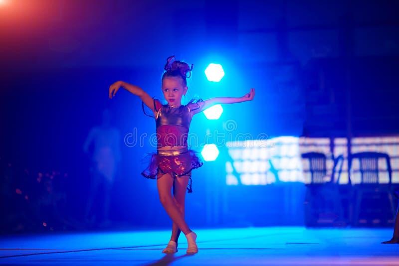 Sonhos bonitos da menina de transformar-se uma bailarina Menina da criança em uma dança cor-de-rosa do tutu em uma sala fotografia de stock royalty free