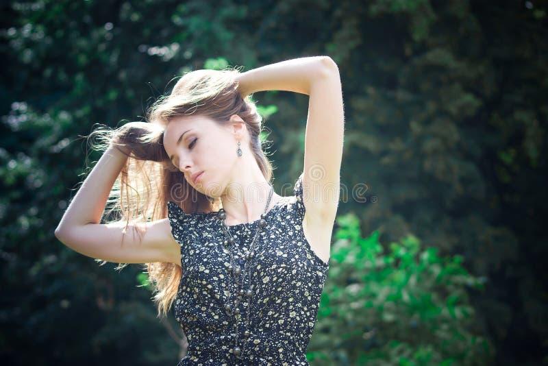 Sonhos da jovem mulher fotografia de stock royalty free