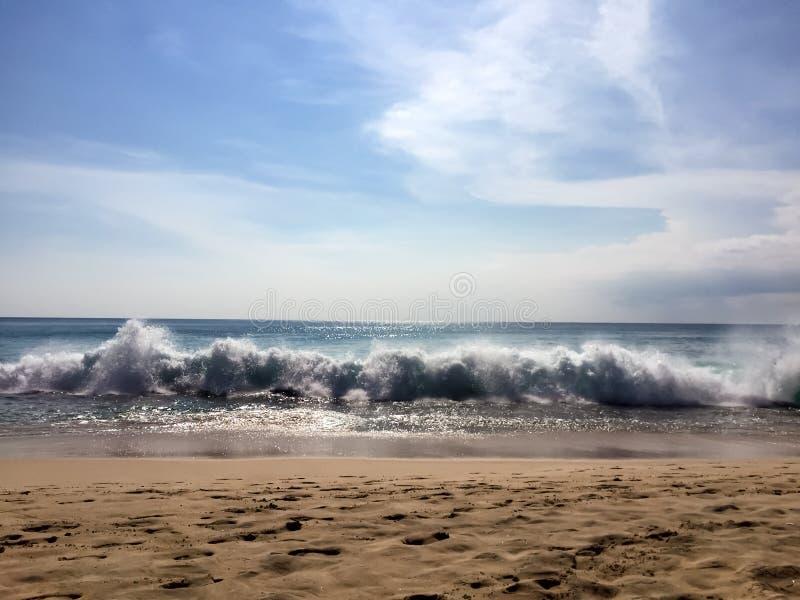 Sonhos da praia com as ondas grandes em Bali fotos de stock