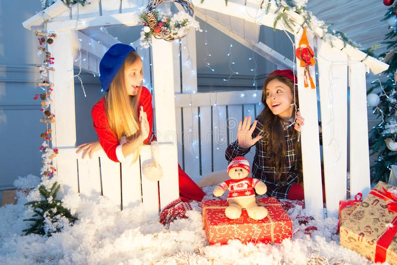 Sonhos novos e alegrias novas Pouco crianças com brinquedo e presentes do Natal Comemorando a São Estêvão Surpresa do ano novo bo fotos de stock royalty free