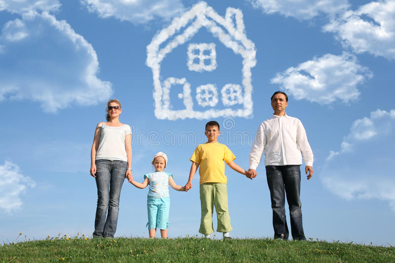Sonhos sobre a casa, colagem do agregado familiar com quatro membros imagem de stock