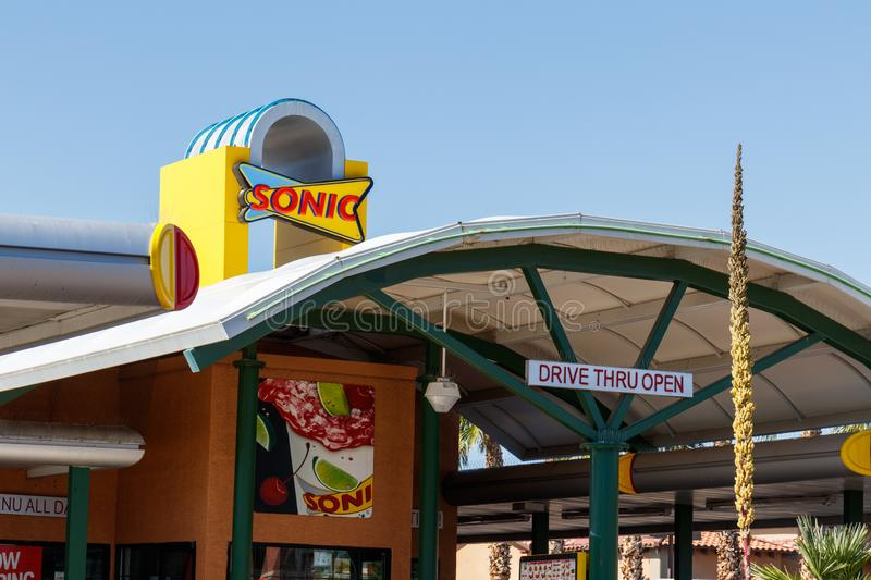 Sonic Drive-In Fast Food Location Sonic is een aandrijving-binnen Restaurantketting I royalty-vrije stock foto