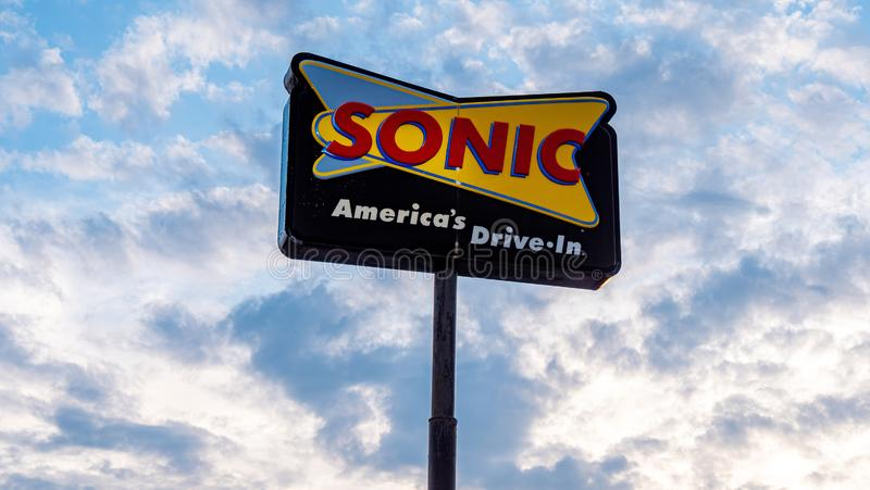Sonic Fast Food-aandrijving in restaurant - FRANKFURTER WORSTJE, de V.S. - 18 JUNI, 2019 royalty-vrije stock foto