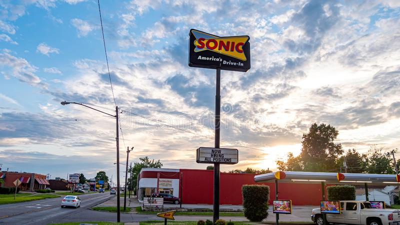 Sonic Fast Food-aandrijving in restaurant - FRANKFURTER WORSTJE, de V.S. - 18 JUNI, 2019 stock fotografie
