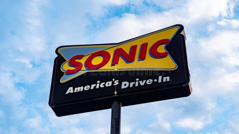 Sonic Fast Food-aandrijving in restaurant - FRANKFURTER WORSTJE, de V.S. - 18 JUNI, 2019 stock foto