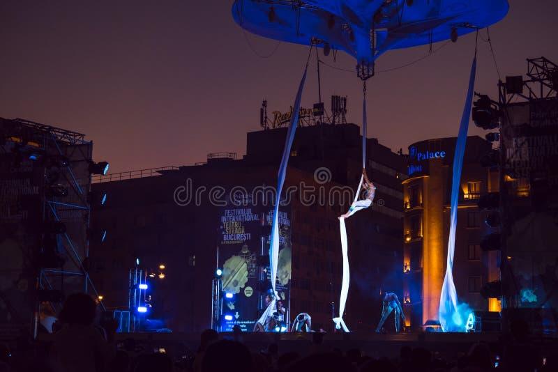 Sonics dans la représentation de souhait au festival de théâtre de rue à Bucarest a bandé les yeux à des danseurs montant la cord photos stock
