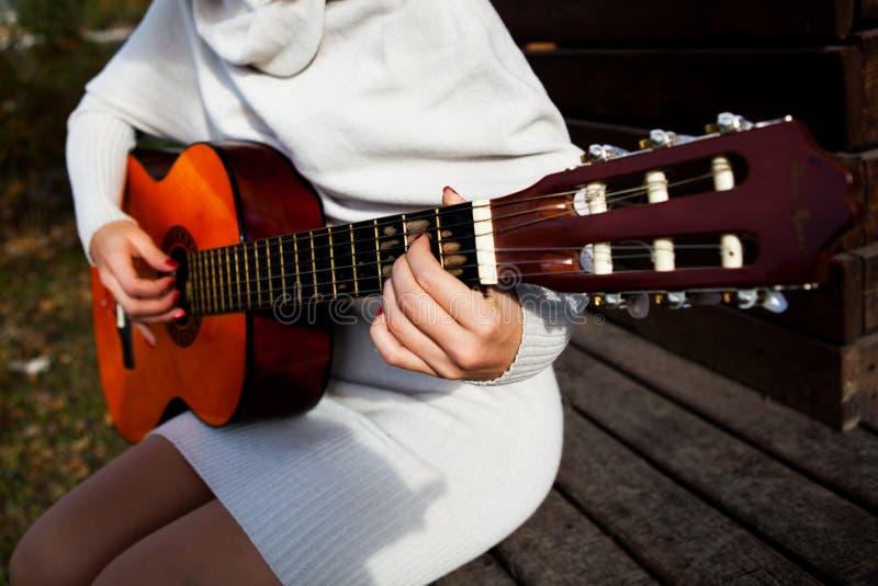 Sonido de la guitarra de los instrumentos musicales foto de archivo