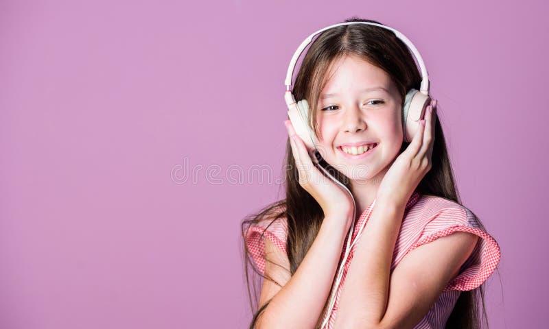 Sonido perfecto. Diversión. Escuche gratis. Disfrutar del concepto de música. Aplicación musical. Libro de audio. Contenido edu foto de archivo