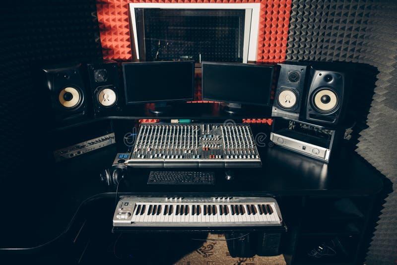 Sonido produciendo el equipo en el estudio de la música imagen de archivo