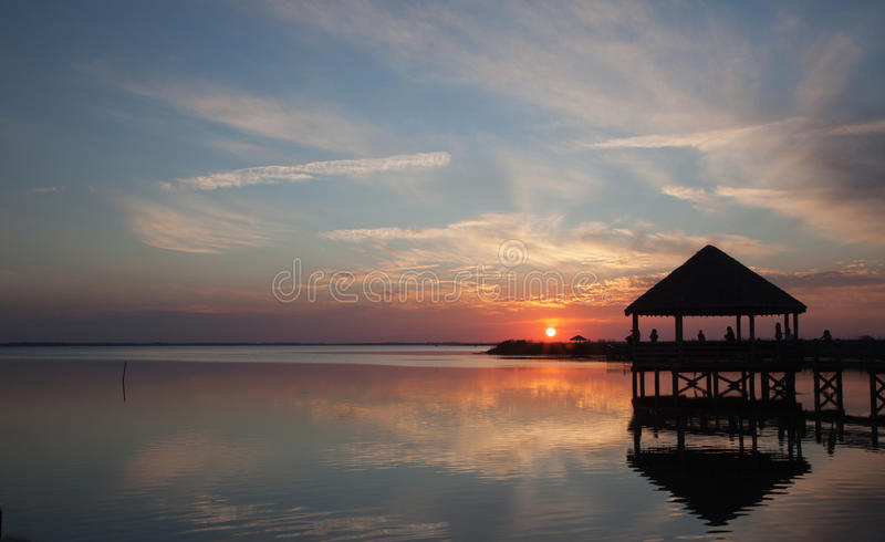 Sonido y Gazebo de Currituck en la puesta del sol foto de archivo