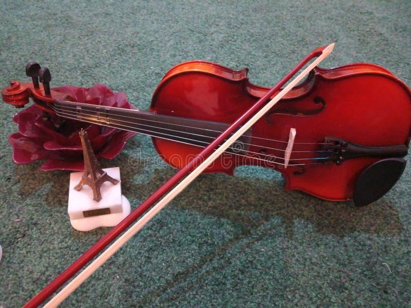 Sonidos de los amantes del violín suavemente y armonía a mi oído imagen de archivo