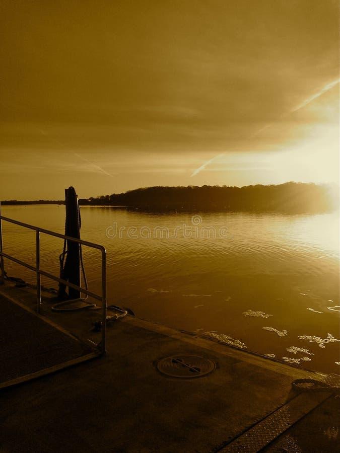 Sonne des frühen Morgens auf Dock lizenzfreies stockbild
