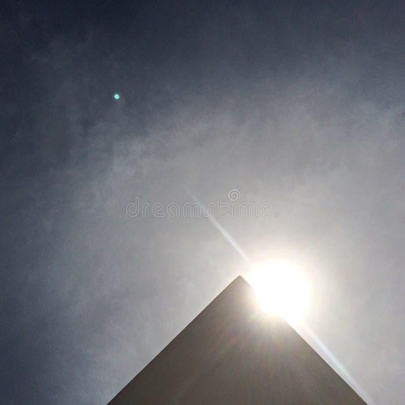 Sonne hinter einem Dreieck lizenzfreies stockfoto
