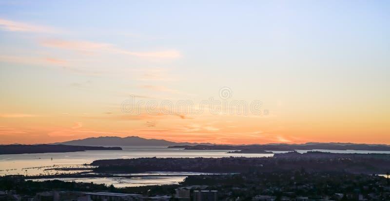 Sonnenaufgänge über Auckland vom Spitzenberg Eden lizenzfreie stockfotos