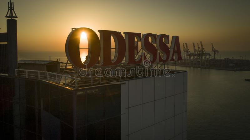 Sonnenaufgänge hinter großer Odessa Sign Ukraine lizenzfreie stockfotos