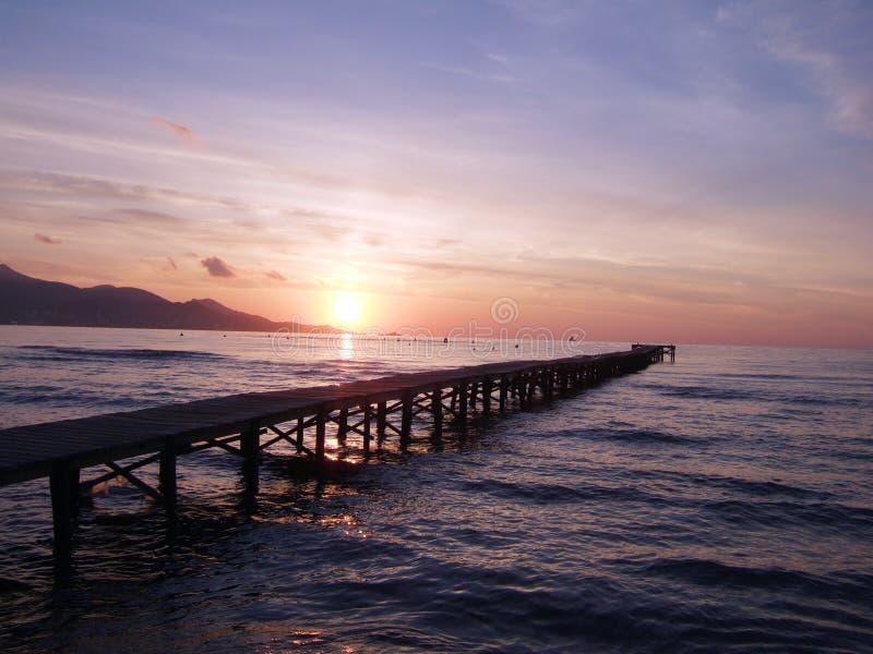 Sonnenaufgang über Anlegestelle lizenzfreies stockbild