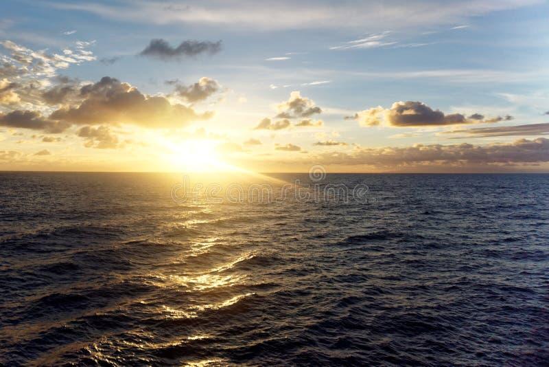 Sonnenaufgang über Atlantik stockfoto