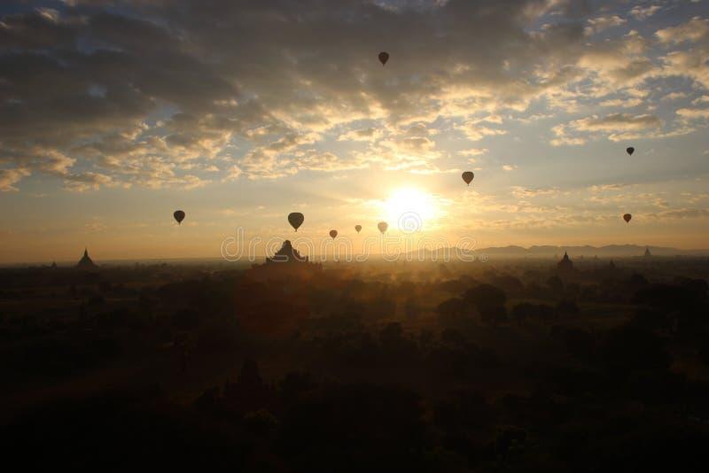 Sonnenaufgang über bagan lizenzfreies stockfoto