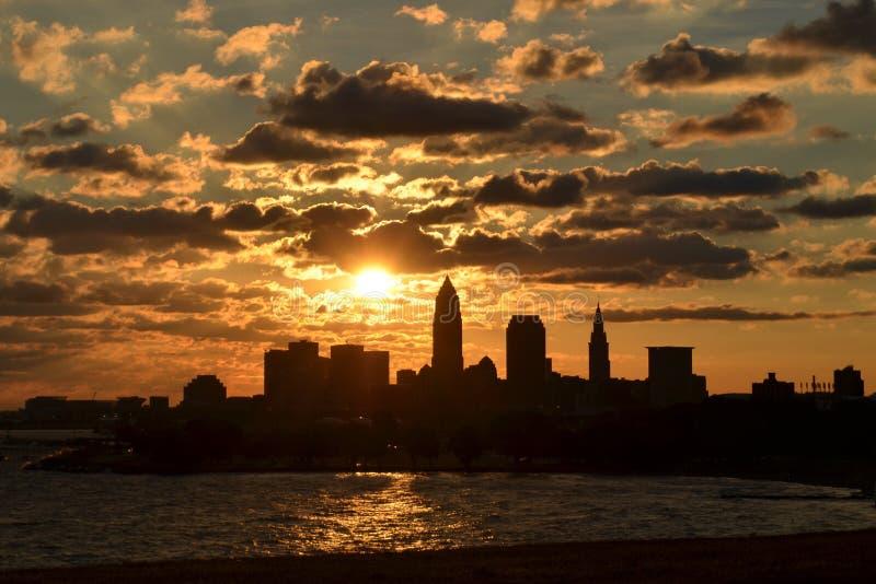 Sonnenaufgang über Cleveland-Skylinen und -eriesee stockbild