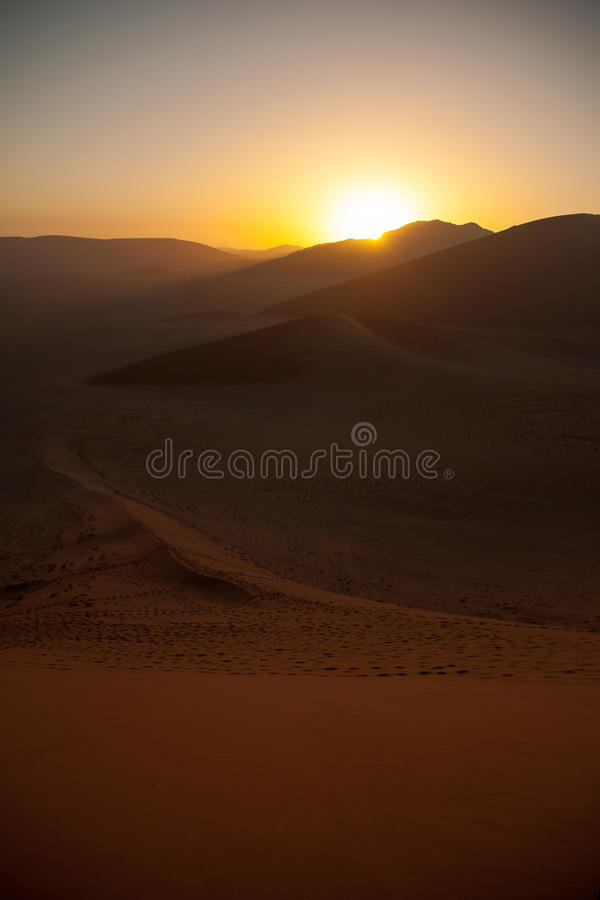 Sonnenaufgang über Dünen in Namibischer Wüste, Namibia lizenzfreie stockfotografie