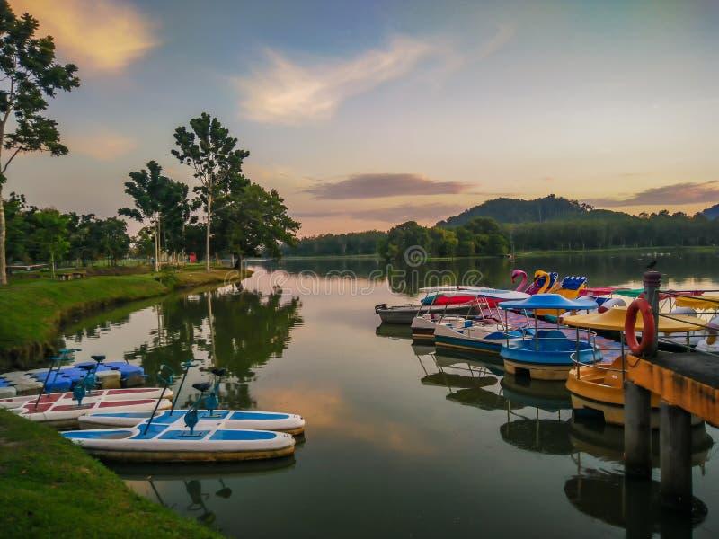 Sonnenaufgang über Darulaman See-Park in Jitra lizenzfreie stockfotos