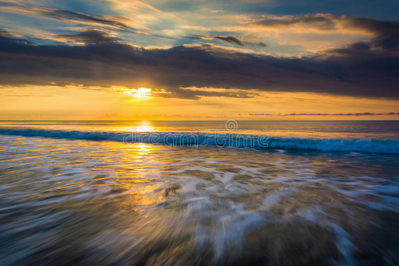 Sonnenaufgang über dem Atlantik im Unsinnigkeits-Strand, South Carolina stockfotos