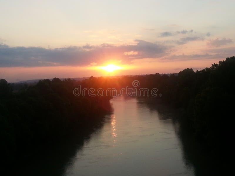 Sonnenaufgang über dem Fluss stockbild
