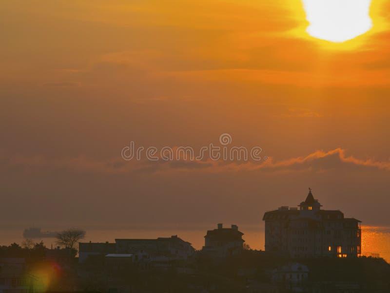 Sonnenaufgang über dem Haus ordentlich der Ozean lizenzfreies stockbild
