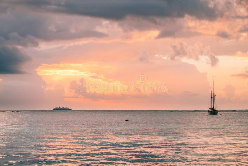 Sonnenaufgang über dem karibischen Meer, der Fähre und den Fischerbooten, Mexiko stockfotos