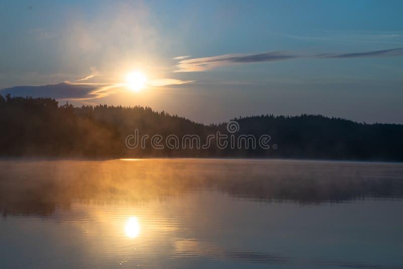 Sonnenaufgang über dem See stockfoto