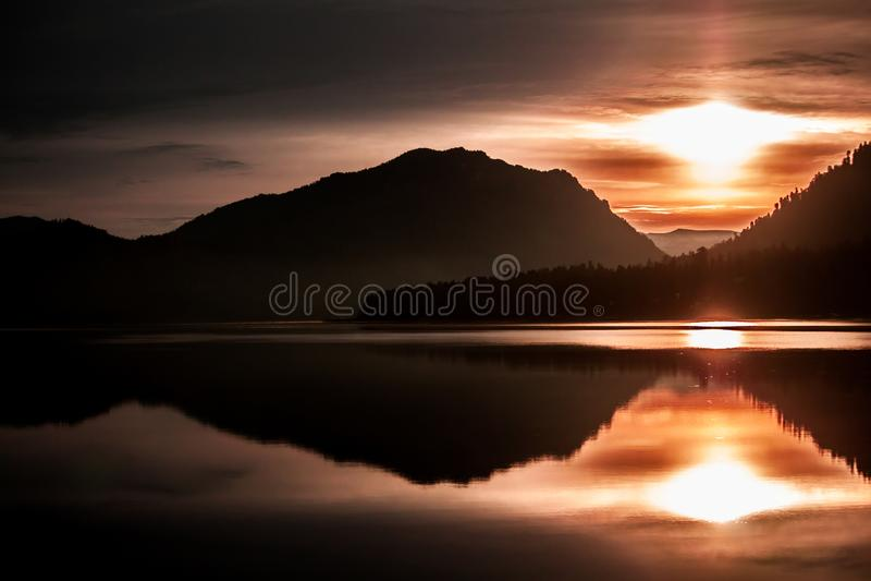 Sonnenaufgang über dem See Teletskoye lizenzfreies stockfoto