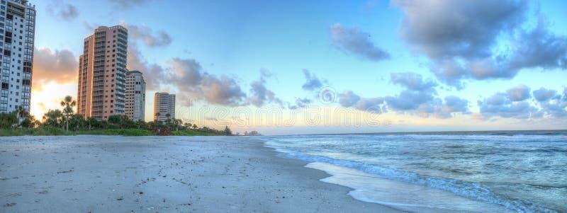 Sonnenaufgang über dem weißen Sand von Vanderbilt-Strand in Neapel stockfotos