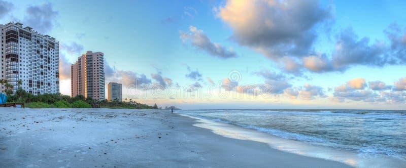 Sonnenaufgang über dem weißen Sand von Vanderbilt-Strand in Neapel lizenzfreie stockfotos