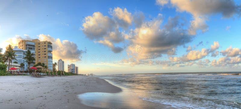 Sonnenaufgang über dem weißen Sand von Vanderbilt-Strand in Neapel stockfoto