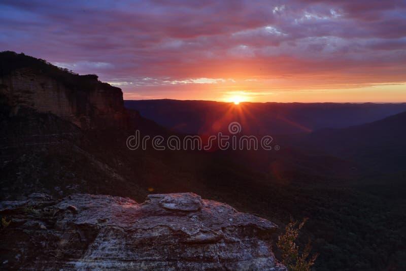 Sonnenaufgang über den Gebirgszügen stockbild
