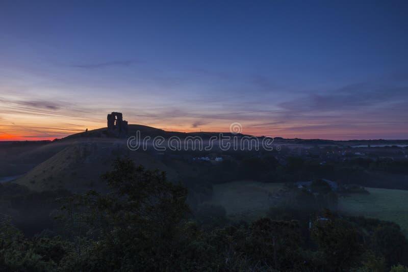 Sonnenaufgang über den Ruinen von Corfe-Schloss stockbild
