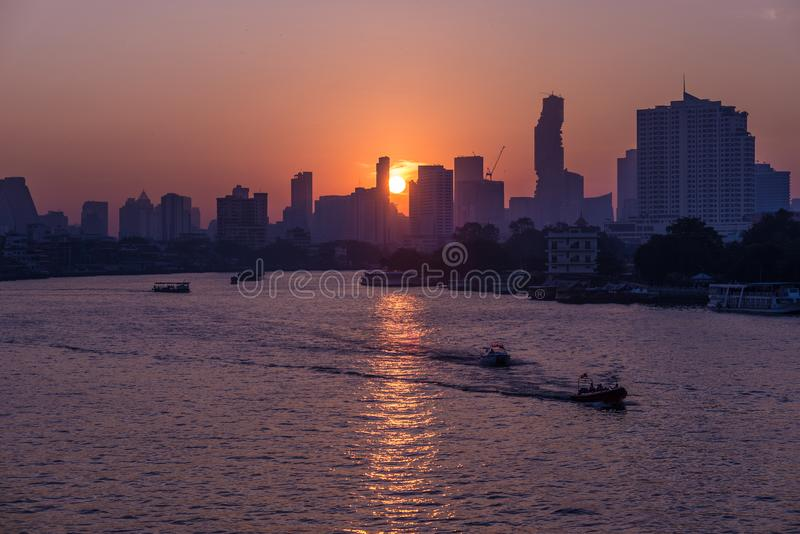 Sonnenaufgang über den szenischen Skylinen in Bangkok, Thailand, angesehen in der Hintergrundbeleuchtung bei Sonnenaufgang mit Hi lizenzfreies stockbild