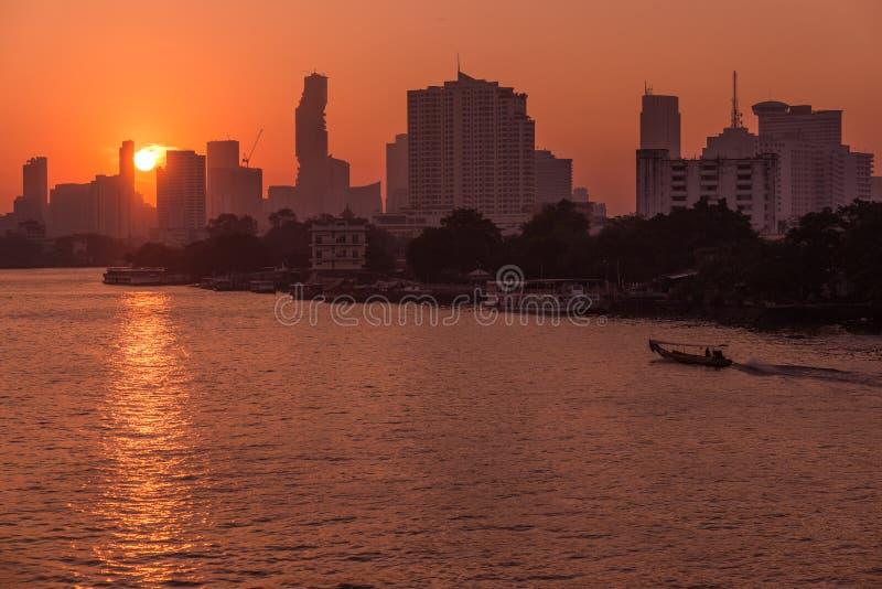 Sonnenaufgang über den szenischen Skylinen in Bangkok, Thailand, angesehen in der Hintergrundbeleuchtung bei Sonnenaufgang mit Hi lizenzfreies stockfoto