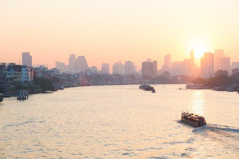 Sonnenaufgang über den szenischen Skylinen in Bangkok, Thailand, angesehen in der Hintergrundbeleuchtung bei Sonnenaufgang mit Hi stockfoto