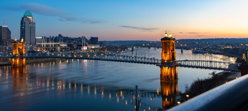 Sonnenaufgang über der Roeblings-Hängebrücke, die Cincinnati, Ohio nach Nord-Kentucky anschließt stockfotos